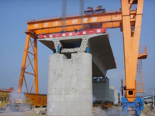cổng trục chạy ray cầu đường 100 tấn